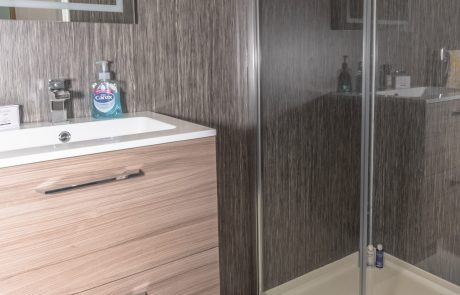 Waters Edge Bathroom - Self Catering Banff